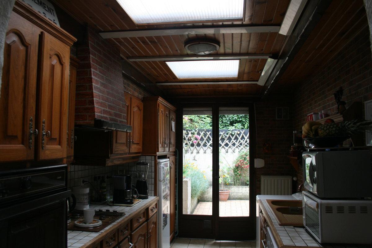 Repeindre en blanc un plafond en lambris rainuré vernis avec ...